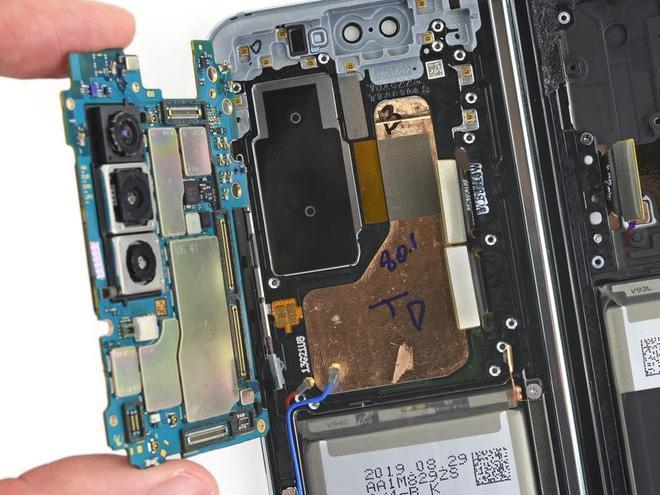 iFixit tiến hành mổ bụng Galaxy Fold để xem Samsung đã sửa nó như thế nào - Ảnh 8.